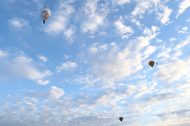 Fedor Konyukhov lifts off from the Northam Aero Club flanked by hot air balloons on July 12, 2016 in Northam, Australia. (Photo by Paul Kane/Getty Images)