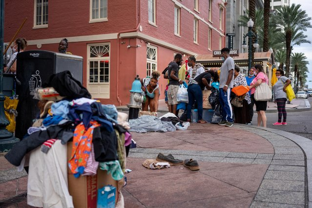 Evacuees displaced by Hurricane Laura look through items that had been dropped off on the curb outside of the New Orleans Marriott in New Orleans, Louisiana, U.S., on August 30, 2020. (Photo by Kathleen Flynn/Reuters)