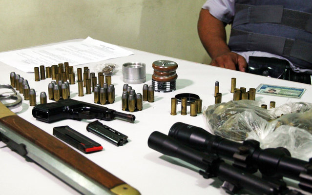Military Police in Limeira (São Paulo) displays weapons and drugs seized at the residence of singer backcountry Udson Cadorini Silva, the duo Edson & Hudson, on March 21, 2013. He was arrested. (Photo by Edison Temoteo/Futura Press/Estadão Conteúdo)