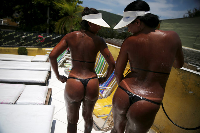 Women compare their bikini marks after sunbathing on a terrace to have the perfect bikini line ('marquinha' in Portuguese), at the Erika Bronze spa in Rio de Janeiro, Brazil, November 17, 2016. (Photo by Pilar Olivares/Reuters)