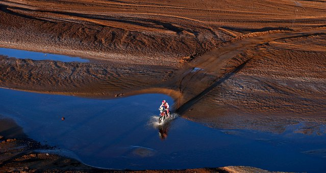 Paulo Goncalves of Portugal rides his Honda during the seventh stage in the Dakar Rally 2016 near Uyuni, Bolivia, January 9, 2016. (Photo by Marcos Brindicci/Reuters)