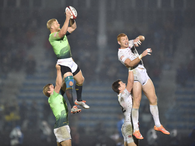 South Africa's Kyle Brown (L, top) and England's James Rodwell (R, top) fight for the ball during their final match at the Tokyo Rugby Sevens in Tokyo on April 5, 2015. England won the final 21-14. (Photo by Kazuhiro Nogi/AFP Photo)