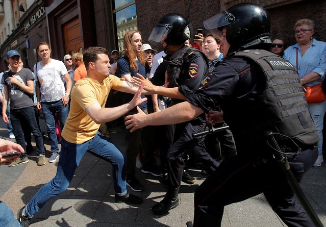 Law enforcement officers detain a participant of a rally calling for opposition candidates to be registered for elections to Moscow City Duma, the capital's regional parliament, in Moscow, July 27. 2019. (Photo by Maxim Shemetov/Reuters)