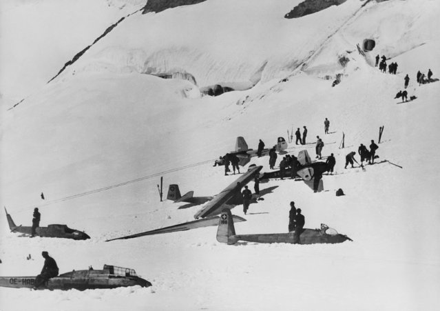 The best glider-flighers of Germany, Austria, Switzerland  and Jugoslavia have met on the Jungfraujoch, the pass near the Mountain Jungfrau (Virgin) in Switzerland which is 3460 meters high, to hold a contest in the alpine region, September 18, 1935. (Photo by AP Photo)