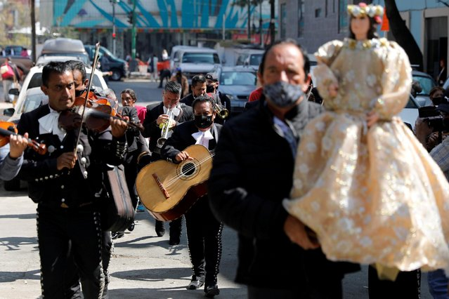 Mariachis play their instruments as they pay homage to Saint Cecilia, the patron saint of musicians, during the annual pilgrimage as the coronavirus disease (COVID-19) outbreak continues, in Mexico City, Mexico on November 22, 2020. (Photo by Carlos Jasso/Reuters)