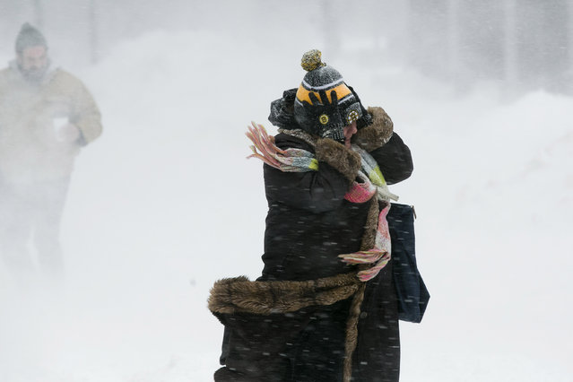 A woman holds onto her hat against the wind during a snow storm in Boston, Massachusetts February 2, 2015. (Photo by Dominick Reuter/Reuters)