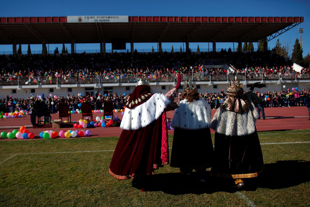Men dressed up as the Three Wise Men wave to children after arriving on a helicopter to take part in the traditional Epiphany parade in Ronda, near Malaga, southern Spain January 5, 2017. (Photo by Jon Nazca/Reuters)