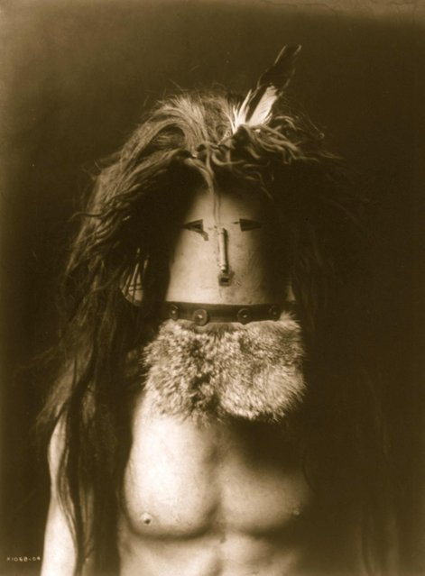 Bare-chested Navajo man wearing mask of Haschebaad, a benevolent female deity, circa 1905. (Photo by Buyenlarge/Getty Images)