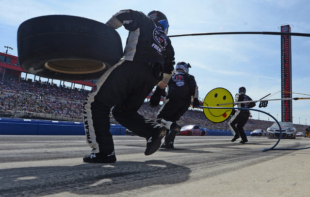 Kevin Harvick makes a pit stop during the NASCAR 400 mile auto race Sunday, March 20, 2016, at Auto Club Speedway in Fontana, Calif. (Photo by Will Lester/AP Photo)