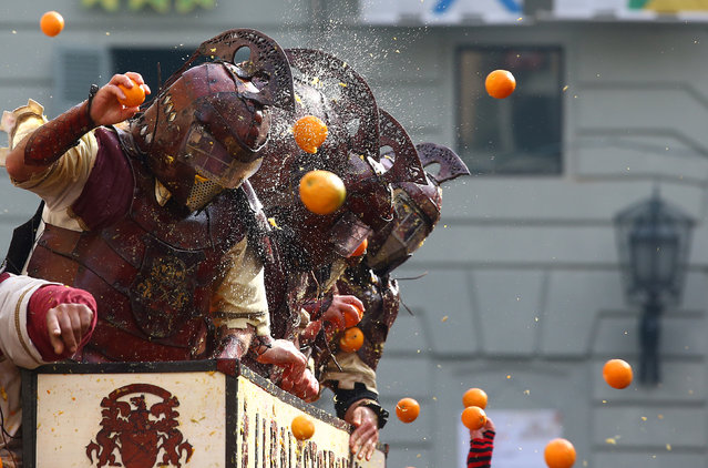 Members of a rival team are hit by oranges during an annual carnival orange battle in the northern Italian town of Ivrea February 26, 2017. (Photo by Stefano Rellandini/Reuters)