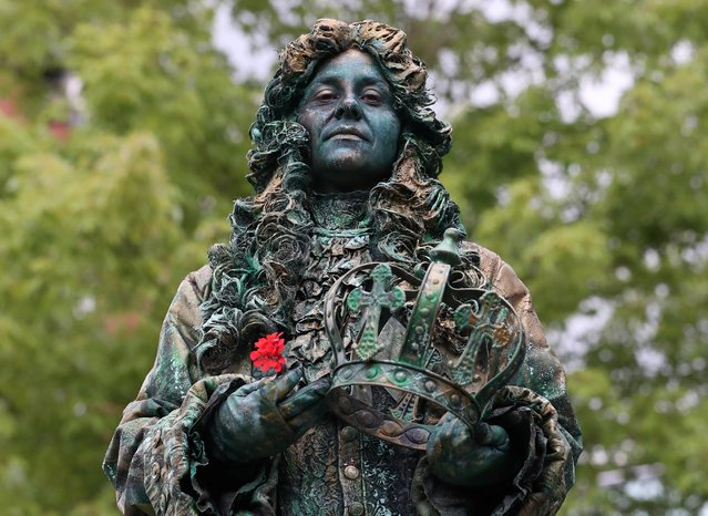 """An artist called """"The King"""" takes part in the festival """"Statues en Marche"""" in Marche-en-Famenne, Belgium, July 20, 2019. (Photo by Yves Herman/Reuters)"""