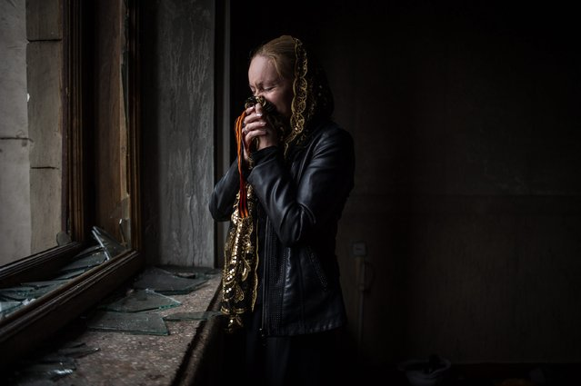 A woman cries inside the Trade Union building as people are let inside, in the South-Ukrainian city of Odessa, Ukraine, 04 May 2014. At least 31 people died in a fire that broke out during clashes between pro-Ukrainian and pro-Russian protesters at the Trade Union building in Odessa. Apart from the fire death toll, the fighting left at four people dead and 40 injured, police said. (Photo by Alexey Furman/EPA)