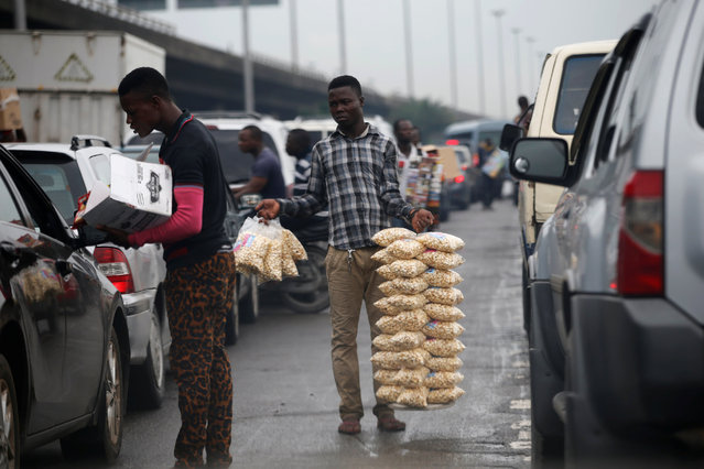 Men sell their wares in traffic in Victoria Island district in Nigeria's commercial capital Lagos June 14, 2016. (Photo by Akintunde Akinleye/Reuters)