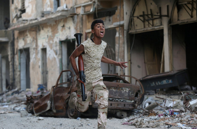 A member of the Libyan National Army runs during clashes with Islamist militants in Khreibish district in Benghazi, Libya, November 9, 2017. (Photo by Esam Omran Al-Fetori/Reuters)