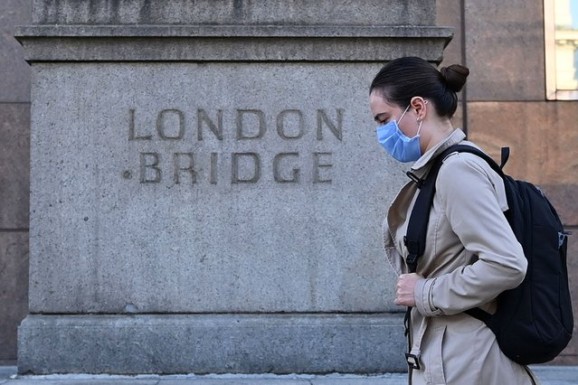 A commuter walks across London Bridge toward the City of London on September 15, 2020. Britain's unemployment rate jumped above four percent in July on economic fallout from the coronavirus pandemic, official data showed today. (Photo by Justin Tallis/AFP Photo)
