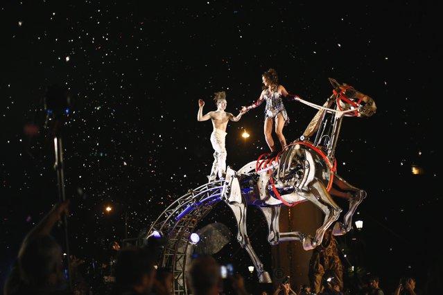 "Members of Spanish theatre company ""Antigua i Barbuda"" perform ""Caballo de Hierro"" (Iron Horse) during the Santiago a Mil International Theatre Festival, in Santiago January 2, 2015. (Photo by Ivan Alvarado/Reuters)"