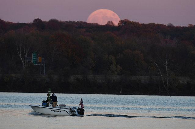 A boat glides along the Potomac River as the moon rises on Sunday November 13, 2016 in Alexandria, VA. (Photo by Matt McClain/The Washington Post)