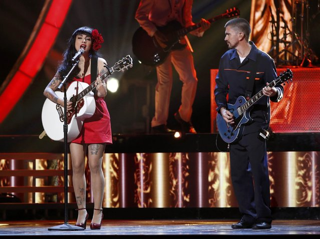"""Mon Laferte performs """"Si Tu Me Quiseras"""" as Junaes accompanies her at the 17th Annual Latin Grammy Awards in Las Vegas, Nevada, U.S., November 17, 2016. (Photo by Mario Anzuoni/Reuters)"""