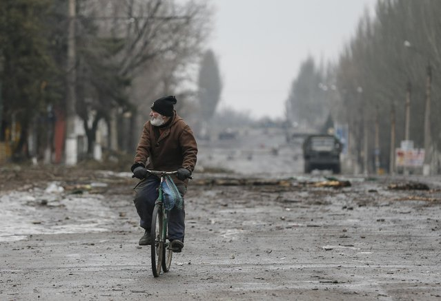 A local resident rides his bicycle along a street in Vuhlehirsk, Donetsk region February 6, 2015. (Photo by Maxim Shemetov/Reuters)