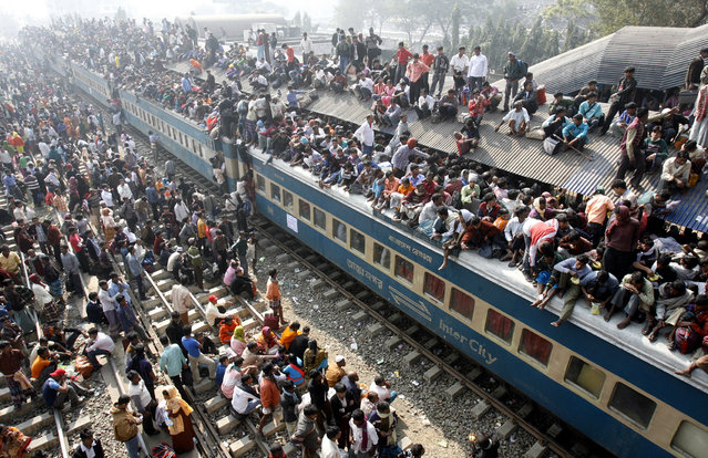 An overcrowded train leaves Dhaka's Airport rail station ahead of the Muslim festival Eid-al-Adha December 20, 2007. (Photo by Rafiqur Rahman/Reuters)