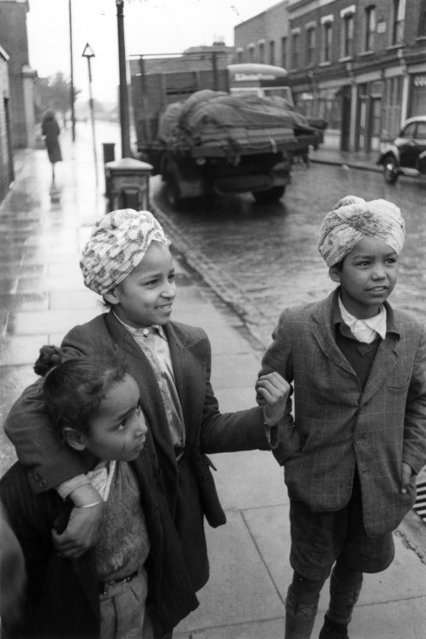 Sikh children, two of them in turbans, who live in an Indian community in London, October 1955. (Photo by Thurston Hopkins/Picture Post/Getty Images)