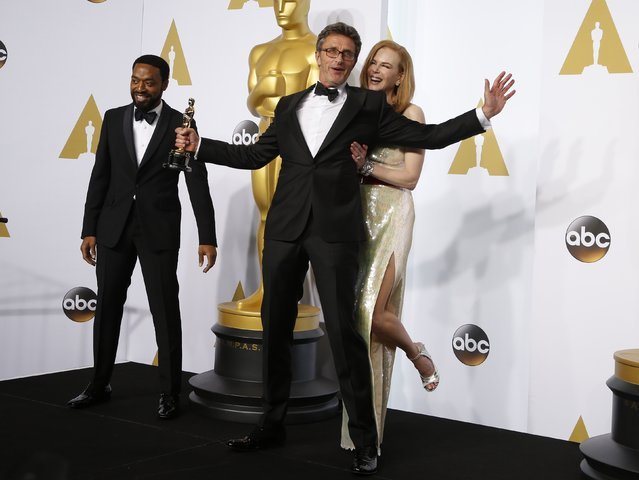 "Director Pawel Pawlikowski holds his Oscar for best foreign language film for ""Ida"", with presenters Chiwetel Ejiofor (L) and Nicole Kidman during the 87th Academy Awards in Hollywood, California February 22, 2015. (Photo by Lucy Nicholson/Reuters)"