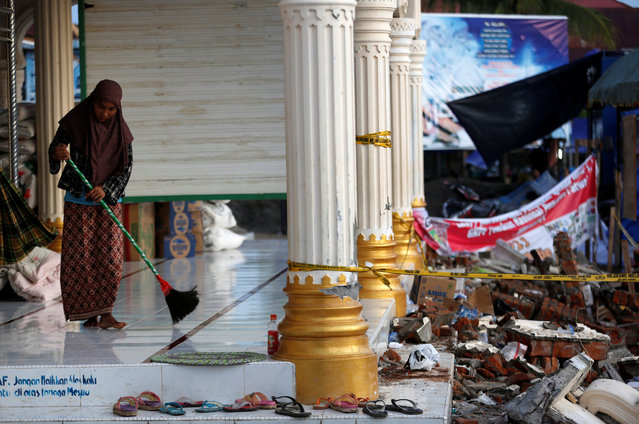 A woman cleans the floor of a mosque used as a temporary shelter following this week's strong earthquake in Meureudu,  Pidie Jaya, Aceh province, Indonesia December 10, 2016. (Photo by Darren Whiteside/Reuters)