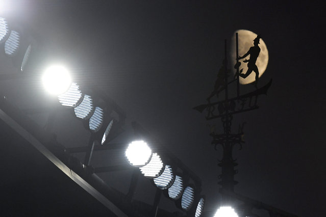 The stadium weather vane is silhouetted against the moon during the International Friendly match between England and United States at Wembley Stadium on November 15, 2018 in London, United Kingdom. (Photo by Toby Melville/Reuters)