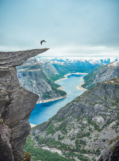 Toby Segar completing a backflip 700m up on Trolltunga. (Photo by Robert Godwin/Caters News Agency)