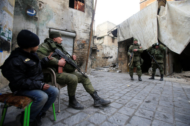 Russian soldiers carry their weapons in the Old City of Aleppo, Syria January 31, 2017. (Photo by Ali Hashisho/Reuters)