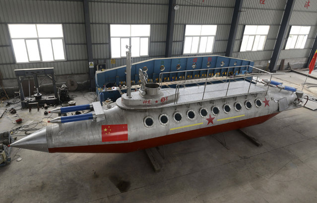 "A homemade submarine named ""Shenlong-3"" made by Zhang Junlin, a 62-year-old retired prison guard, is pictured at a factory in Fuyang, Anhui province December 20, 2014. (Photo by Reuters/China Daily)"