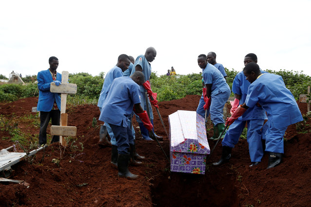 Congolese Red Cross workers carry the coffin of Congolese woman Kahambu Tulirwaho who died of Ebola, during a burial service at a cemetery in Butembo, in the Democratic Republic of Congo, March 28, 2019. (Photo by Baz Ratner/Reuters)