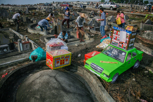 Malaysian Chinese clean grave sites of their ancestors during Qing Ming Festival on April 4, 2016 in Shah Alam, Malaysia. Qingming, also known as Tomb-Sweeping Day, on that day people will coming to cleaning the tomb and paying respect to the dead person with offerings their ancestors. This festivals will celebrated on April 4-6 every year. (Photo by Mohd Samsul Mohd Said/Getty Images)