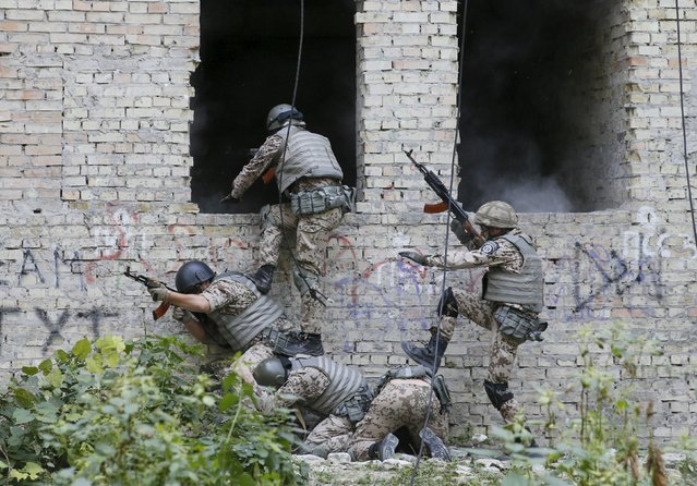 Members of the Ukrainian Interior Ministry's special battalion Kiev-1 storm a building during an anti-terror drill in Kiev, Ukraine, August 28, 2015. (Photo by Valentyn Ogirenko/Reuters)