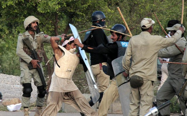 Supporters of Pakistani Muslim cleric Tahirul Qadri and opposition politician Imran Khan, clash with police during an anti-government protest in Islamabad, Pakistan, 01 September 2014. (Photo by Sohail Shahzad/EPA)