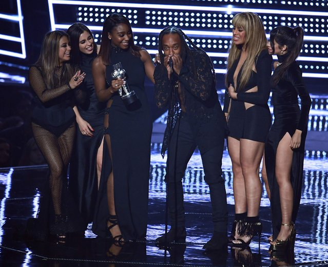 Fifth Harmony and Ty Dolla $ign (C) accept the award for Best Collaboration during the 2016 MTV Video Music Awards August 28, 2016 at Madison Square Garden in New York. (Photo by Jewel Samad/AFP Photo)