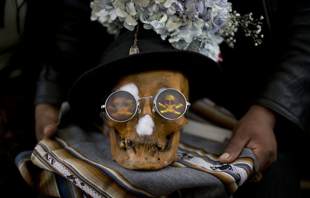 """A human skull or """"natitas"""" wearing sun glasses, is displayed outside the Cementerio General chapel during the Natitas Festival celebrations, in La Paz, Bolivia, Tuesday, November 8, 2016. (Photo by Juan Karita/AP Photo)"""