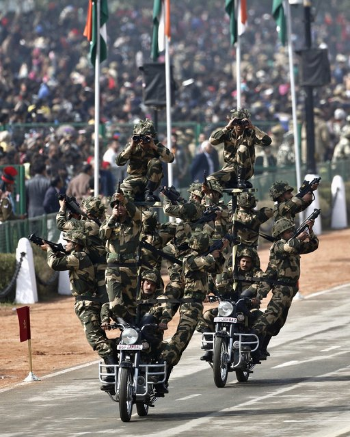"""India's Border Security Force (BSF) """"Daredevils"""" motorcycle riders take part in the full dress rehearsal for the Republic Day parade in New Delhi January 23, 2015. (Photo by Adnan Abidi/Reuters)"""