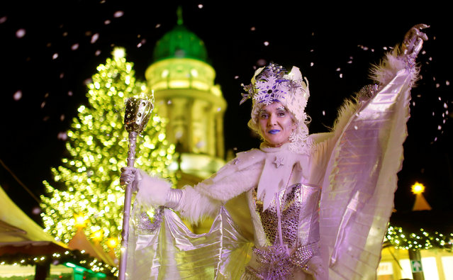 An artist dressed as Ice Queen poses at the opening of the Christmas market at Gendarmenmarkt square in Berlin, Germany November 21, 2016. (Photo by Hannibal Hanschke/Reuters)