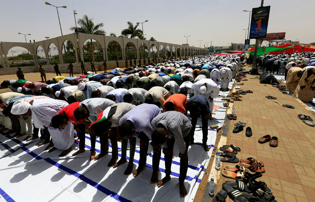 Sudanese demonstrators gather for Friday prayers as they protest against the army's announcement that President Omar al-Bashir would be replaced by a military-led transitional council, near Defence Ministry in Khartoum, Sudan on April 12, 2019. (Photo by Reuters/Stringer)