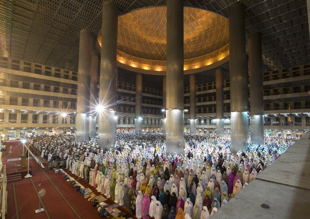 """Indonesian Muslims perform an evening prayer called """"tarawih"""" marking the first eve of the holy fasting month of Ramadan, at Istiqlal Mosque in Jakarta, Indonesia, Sunday, May 5, 2019. During Ramadan, the holiest month in Islamic calendar, Muslims refrain from eating, drinking, smoking and s*x from dawn to dusk. (Photo by Achmad Ibrahim/AP Photo)"""