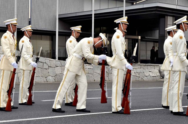 Honour guards prepare for the arrival of Malaysian Prime Minister Najib Razak and his wife Rosmah Mansorat (both not pictured) at the Tokyo international airport on May 24, 2015. Najib is on a three day visit to Japan. (Photo by Yoshikazu Tsuno/AFP Photo)