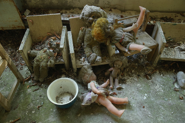 "Dolls and stuffed animals lie in the ""Zlataya ribka"" (""Golden little fish"") abandoned kindergarten on September 30, 2015 in Pripyat, Ukraine. (Photo by Sean Gallup/Getty Images)"