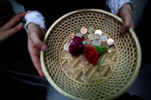 """Maya"" assistant girls offer carnations in exchange for coins during ""Las Mayas"" festivity in Madrid, Spain, May 8, 2016. (Photo by Susana Vera/Reuters)"