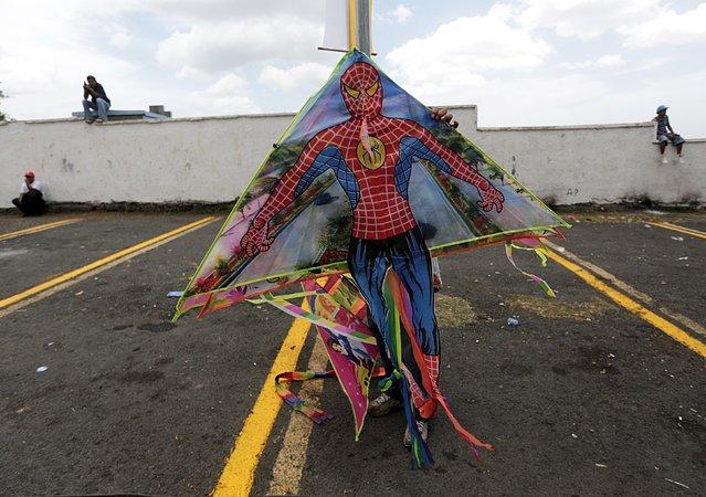 A man sells kites during celebrations honouring the patron saint of Managua, Santo Domingo de Guzman, in Managua, Nicaragua July 31, 2015. (Photo by Oswaldo Rivas/Reuters)