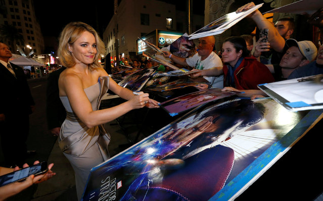 """Cast member Rachel McAdams signs autographs at the premiere of """"Doctor Strange"""" in Hollywood, California U.S., October 20, 2016. (Photo by Mario Anzuoni/Reuters)"""
