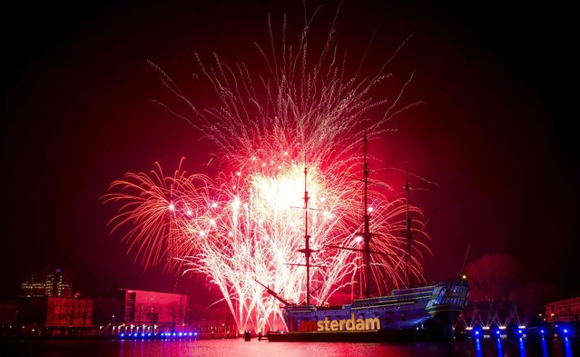 "The ""National Fireworks"" light up the night sky  above the Scheepvaart Museum, in Amsterdam, The Netherlands 01 January 2015. (Photo by Koen Van Weel/EPA)"