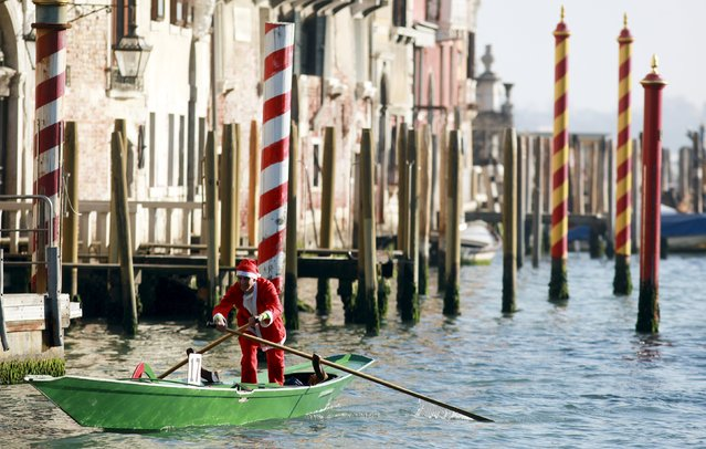 A man dressed as Santa Claus rowS his boat on Venice's Grand Canal, in northern Italy, December 19, 2015. (Photo by Manuel Silvestri/Reuters)
