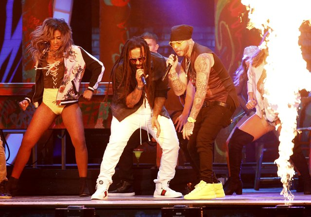 """Farruko (R) and Ky-Mani Marley perform """"Chillax"""" at the 17th Annual Latin Grammy Awards in Las Vegas, Nevada, U.S., November 17, 2016. (Photo by Mario Anzuoni/Reuters)"""