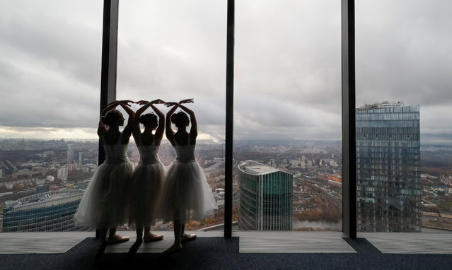 "Ballerinas perform during an ice-cream factory promotional event at an observation floor of the Moscow International Business Centre, also known as ""Moskva-City"", in Moscow, Russia October 25, 2018. (Photo by Shamil Zhumatov/Reuters)"